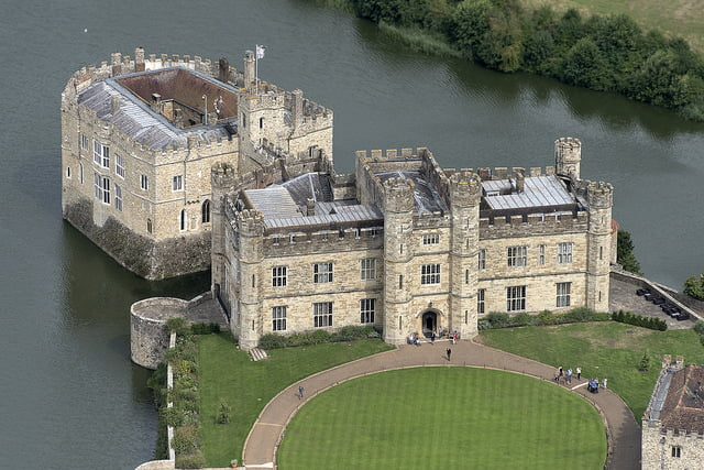 "Leeds Castle – ""The Lovliest ​Castle in The World"" (HQ Pictures & Top 5 Facts)"