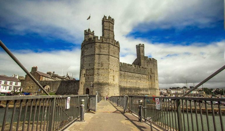 Caernarfon Castle – Muscle-bound  Fortress in Wales (HQ Pictures & History)