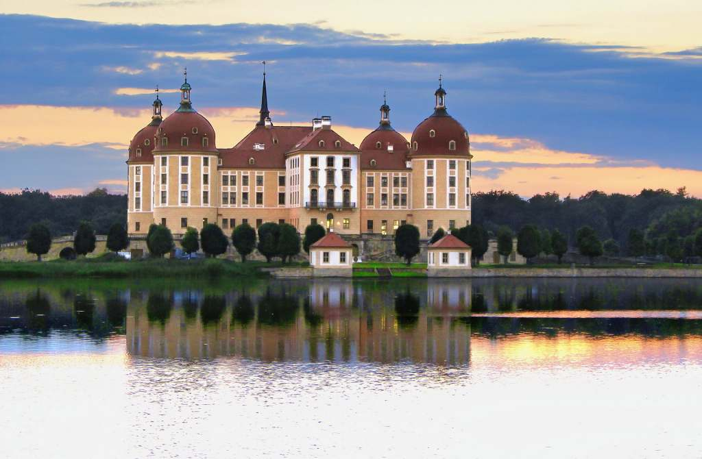 From a far the beautiful, highly symmetrical architecture of the Moritzburg castle can be see on the lakeside.