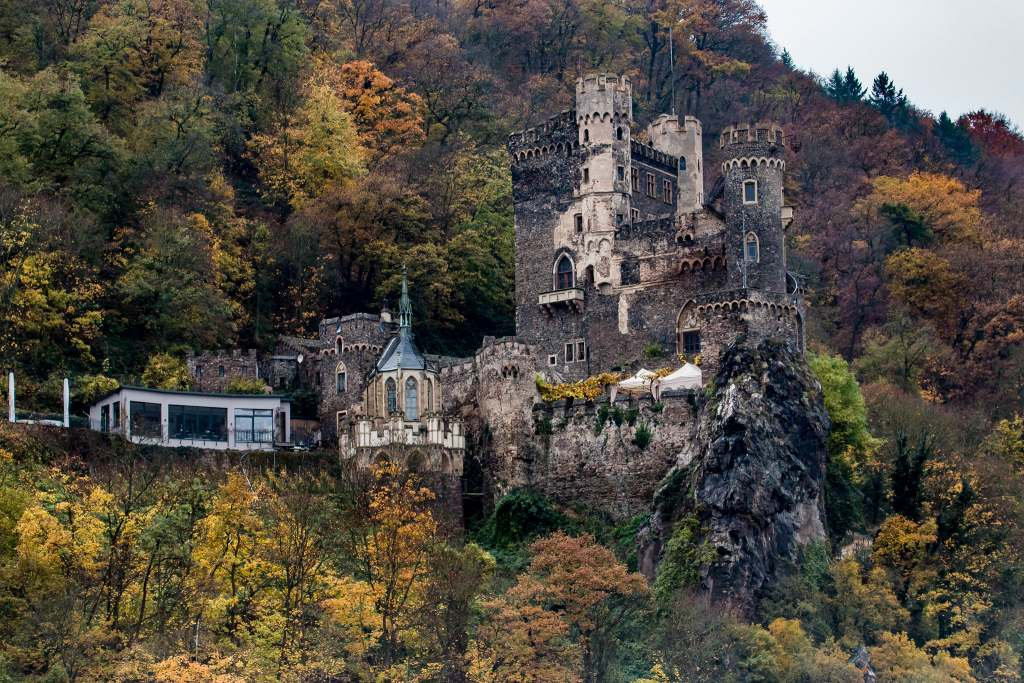 The cliffside location of the Rheinstein castle and its surroundings.