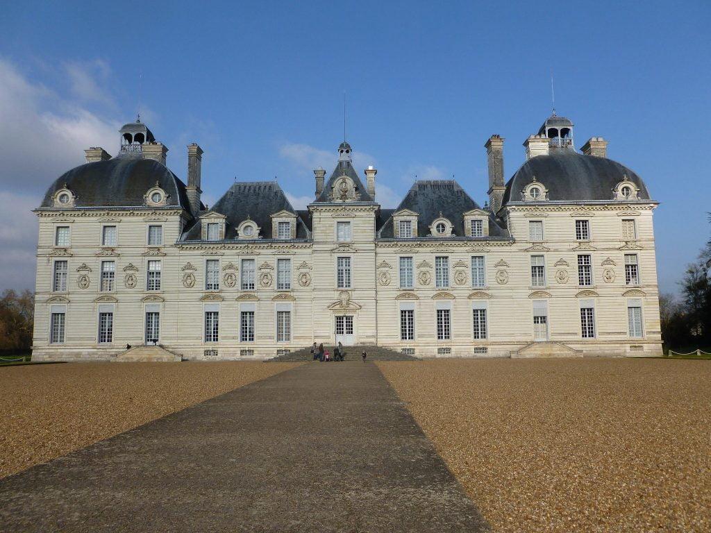 Château de Cheverny's front view.