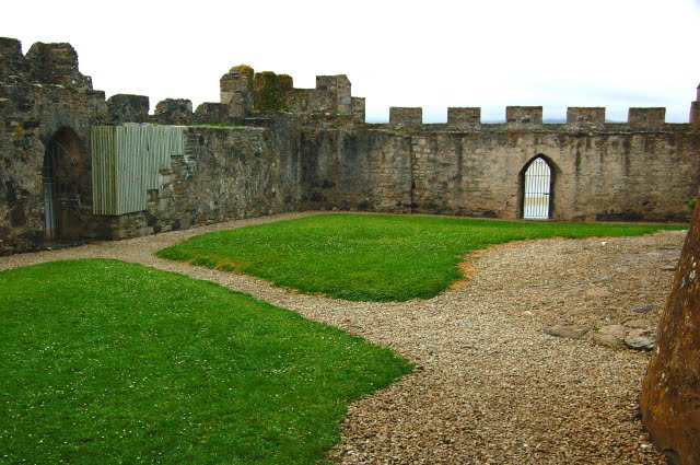 Doe Castle's view of the interior walls with green grasses in the middle.