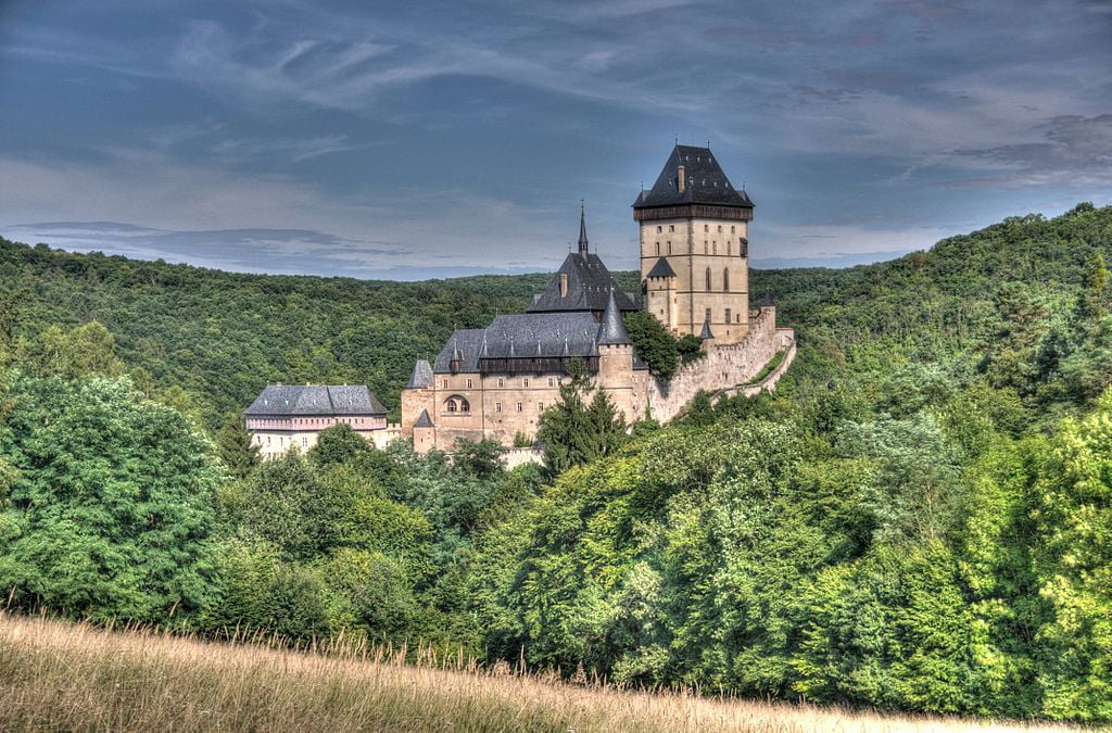 A magical view of the Karlštejn Castle and its green surroundings.