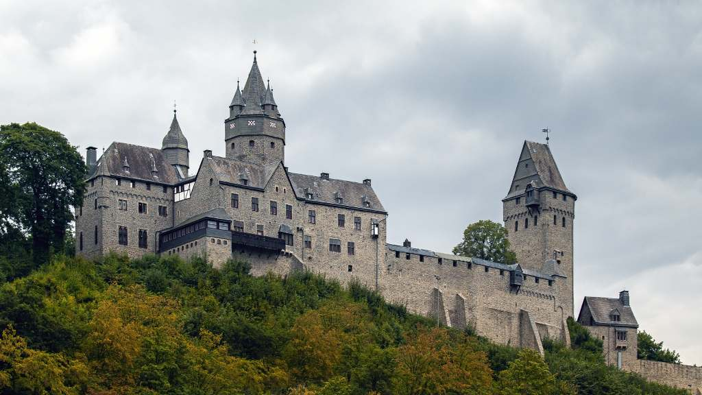 Burg Altena's current form in all its glory surrounded by green trees.